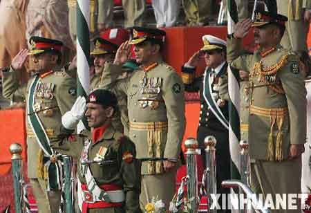 11月28日,在巴基斯坦拉瓦尔品第举行的交接仪式上,巴基斯坦总统、陆军参谋长穆沙拉夫(左一)与继任陆军参谋长基亚尼(中排左二)出席交接仪式。当天,穆沙拉夫向基亚尼移交军队指挥权。新华社记者李敬臣 摄