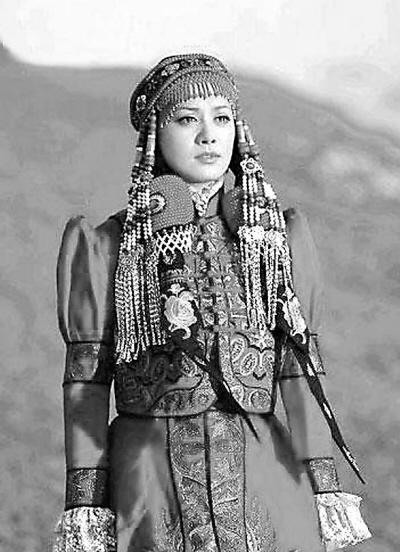 """哈萨克族的""""库普""""是用驼毛絮里的大衣,宽袍大袖,十分轻暖."""