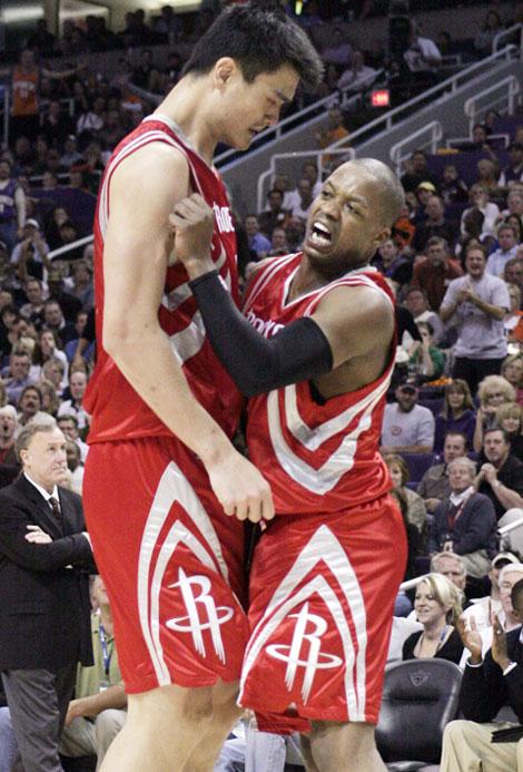 图文:[NBA]火箭胜太阳 姚明与弗朗西斯庆祝