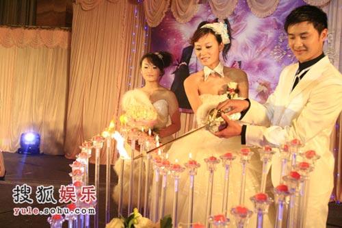 图文:田叶结婚典礼现场 共同点亮新型蜡烛