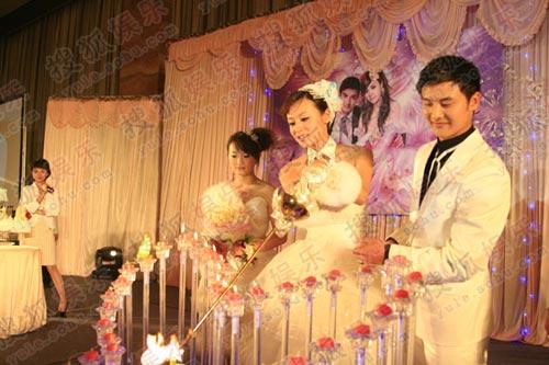 田亮叶一茜婚礼现场 新婚夫妇幸福的点起蜡烛