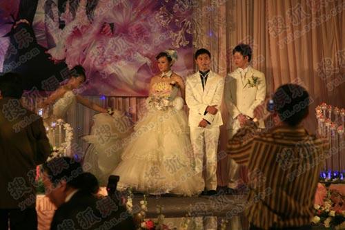 田亮叶一茜婚礼现场+伴娘整理新娘的长裙