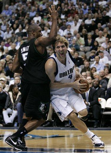 图文:[NBA]小牛胜森林狼 诺维茨基强打篮下