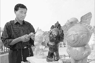 雕刻厂长修整福娃