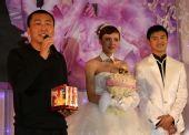 图文:田亮叶一茜盛大婚礼 收到一对小金人