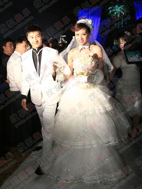 田亮携妻子叶一茜步入婚礼现场