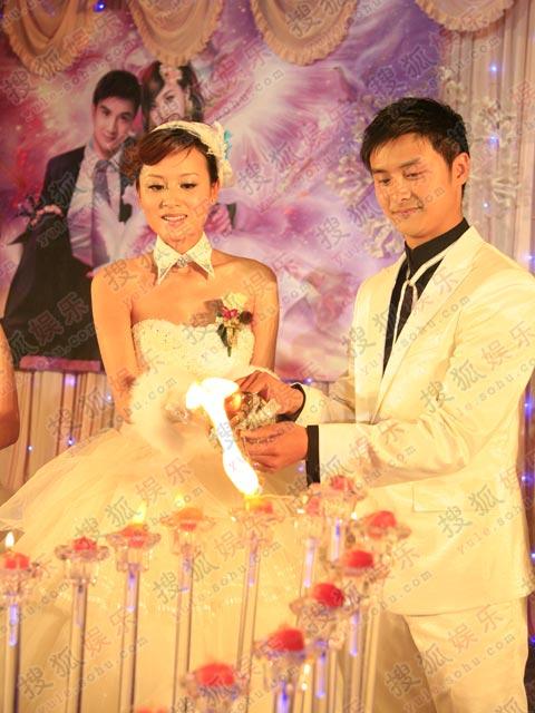 二人亲手点燃象征幸福的心形蜡烛