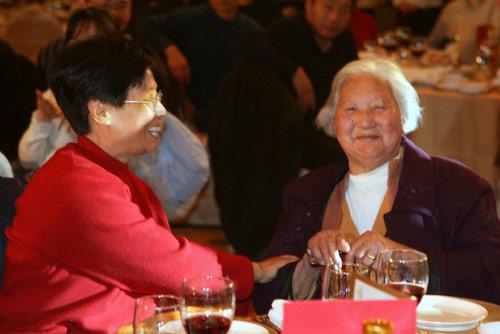 图文:田亮80岁奶奶到场 接受亲友祝贺