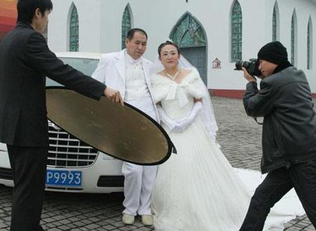 邹春兰与丈夫拍摄婚纱照