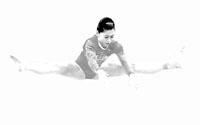 江钰源在高低杠比赛中。