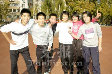"""北京科技大学的""""风雨无阻""""代表队创造比赛新纪录后开心地合影。"""
