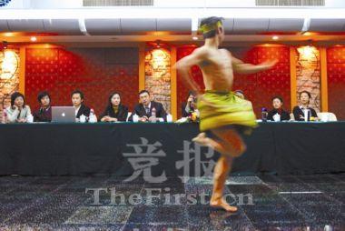 来自北京舞蹈学院的汪洋在才艺展示环节中跳起了民族舞