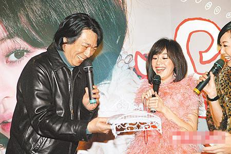 王心凌(右)经纪公司老板吴大卫昨承诺送她12万元名床。
