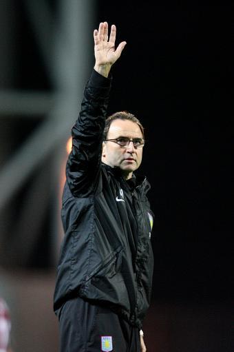 图文:维拉4-0布莱克本 奥尼尔致意球迷