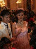 图文:田亮叶一茜大婚 一对新人等待向来宾敬酒