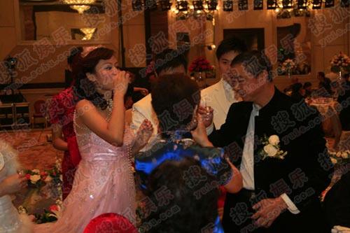 田亮叶一茜频频举杯 新娘叶一茜一饮而尽好酒量