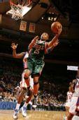 图文:[NBA]雄鹿VS尼克斯 威廉姆斯侧目投篮