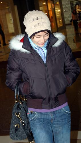 图文:旧爱田亮大婚郭晶晶逛商场散心 低头微笑