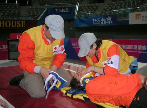 急救人员用硬脊柱板固定好伤员