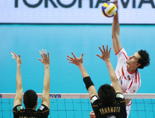 图文:保加利亚男排3-1胜日本 保队高点扣球