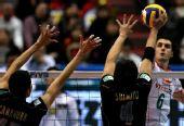 图文:保加利亚男排3-1胜日本 扣球变线破拦网