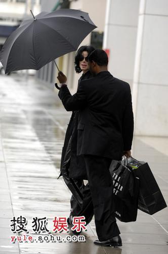迈克尔-杰克逊的保镖如影随形