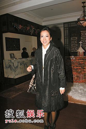 朱玲玲春风满面出席上海新天地广场新年亮灯仪式