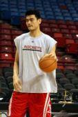 图文:[NBA]火箭VS国王 姚明练习运球