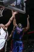图文:[NBA]雄鹿VS活塞 华莱士强压博古特