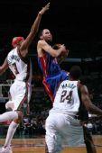 图文:[NBA]雄鹿VS活塞 普林斯强硬突破