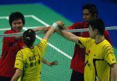 图文:郑波/高��混双屈居亚军 赛后双方握手
