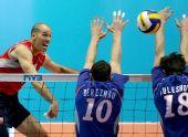 图文:男排世界杯俄罗斯3-2美国 选手大力扣杀