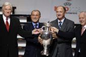 图文:欧洲杯抽签揭晓 在金杯前合影