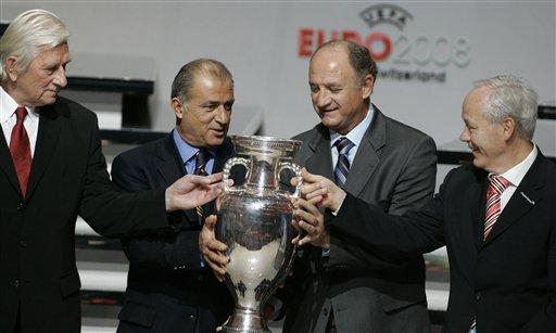 图文:欧洲杯抽签揭晓 斯克拉里触摸金杯