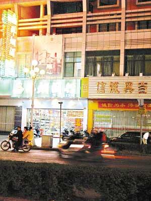 警方抓捕行动后,林国钦的信诚典当行已经关门,和旁边照常营业的商铺形成鲜明对比。