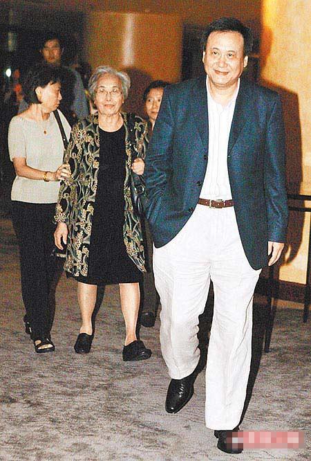李岗(右起)、李妈妈都很期待与李安叙天伦。