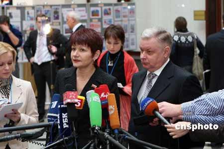 12月2日,俄罗斯中选委成员安娜-库利亚索娃和俄联邦移民局官员康斯坦丁-罗莫丹诺夫斯基,向媒体介绍国家杜马选举的进展情况。