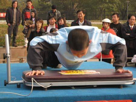图文:《赢奥运门票争霸王中王》 小朋友也来比赛
