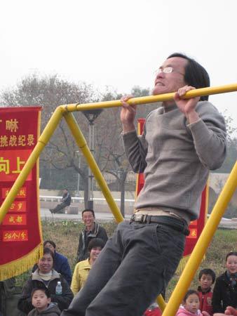 图文:《赢奥运门票争霸王中王》 引体向上比赛