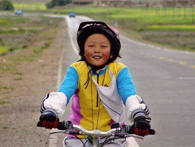 图文:10岁女孩角逐奥运火炬手 骑车横跨云南