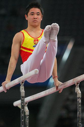 图文:[体操]男子双杠决赛 金牌梁明声比赛中