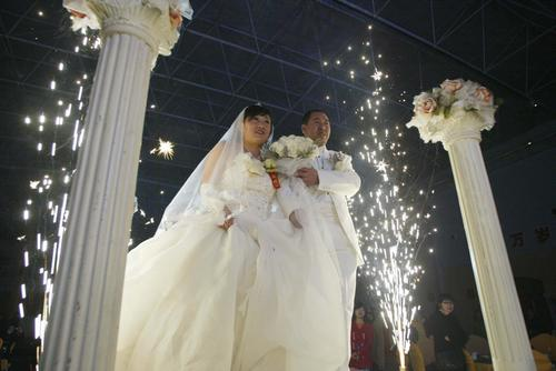 图文:邹春兰补办婚礼 夫妻在婚礼现场