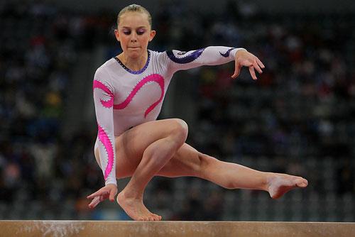 图文:[体操]女子平衡木决赛 单脚高难度支撑