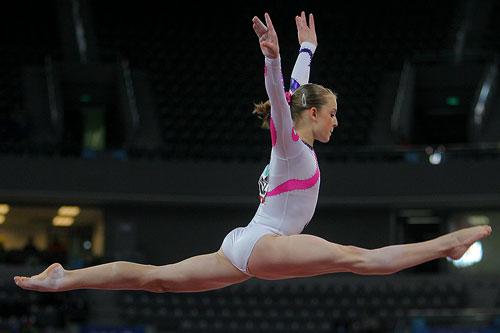 图文:[体操]女子平衡木决赛 腾空而起