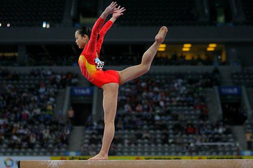 图文:[体操]女子平衡木决赛 程菲优美的身姿