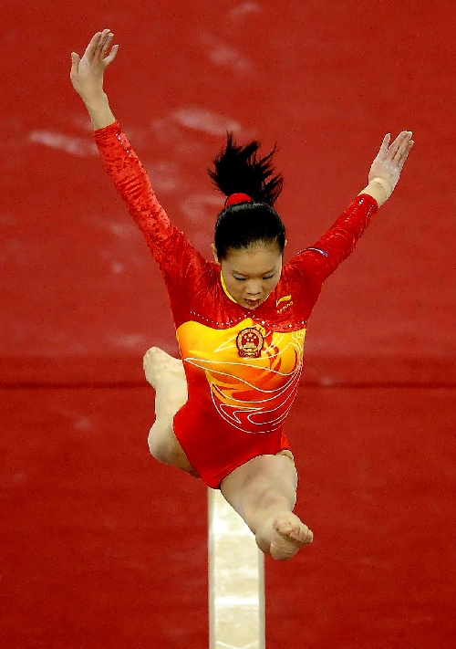 图文:[体操]女子平衡木程菲夺冠 标准的狼跳