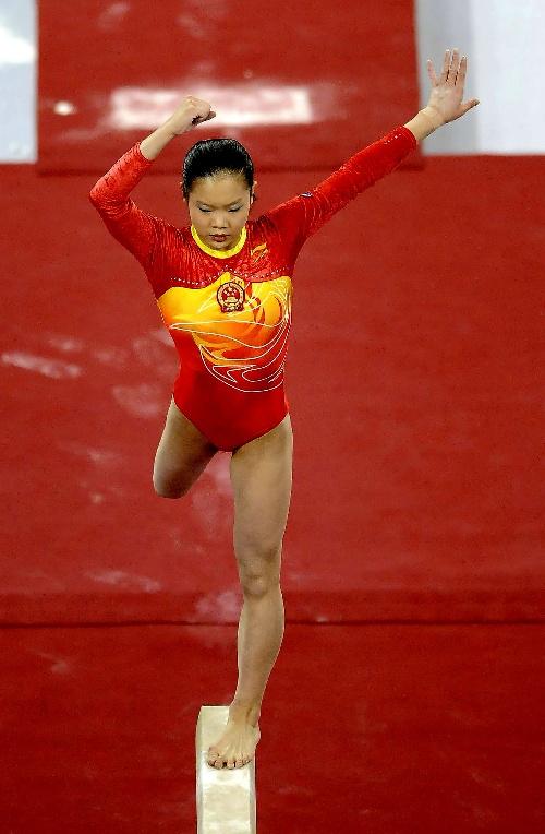 图文:[体操]女子平衡木程菲夺冠 单脚独立