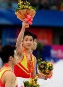图文:[体操]男子双杠决赛 梁明声在颁奖仪式上