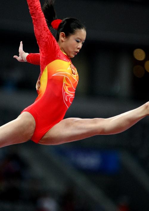 图文:[体操]女子平衡木程菲夺冠 技惊四座