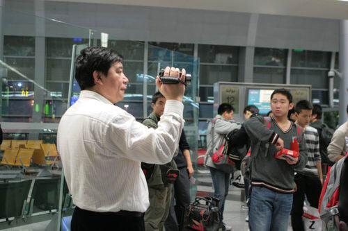 图文:中国射击队抵达科威特 教练王义夫忙拍照